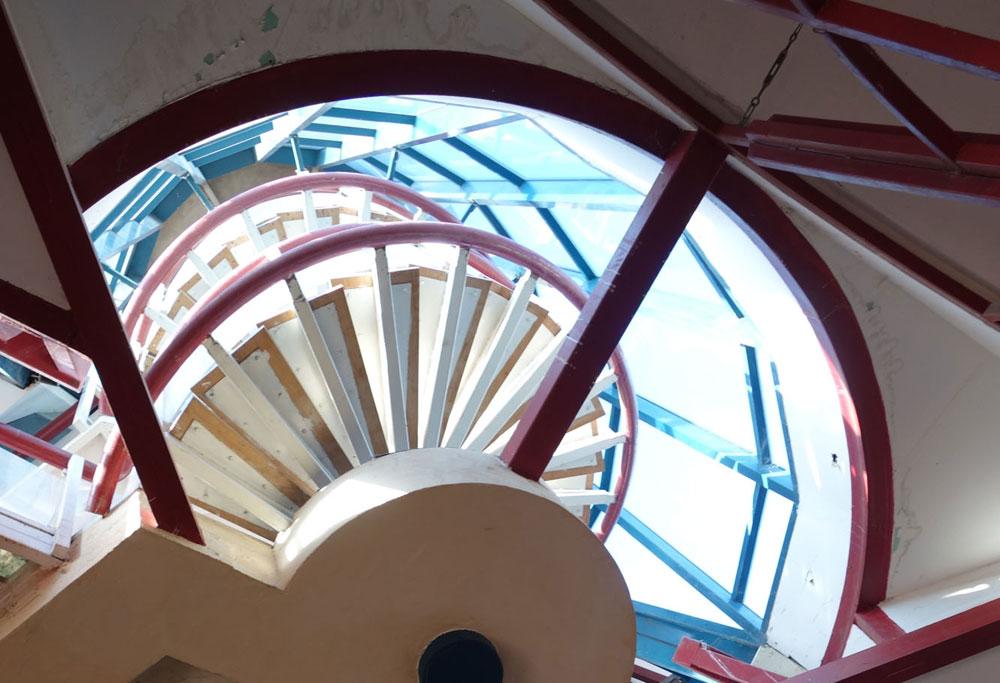 לעיצוב הפנים הראוותני כמעט ולא נותר זכר. המדרגות הלולייניות, שהובילו לתצפית הגג דרך שרוול זכוכית, נותקו מהקרקע וכך נחסמה הגישה לשם (צילום: מיכאל יעקובסון)