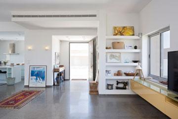 אותו חלל מהכיוון ההפוך: מבט מהסלון לכיוון דלת הכניסה. מימין: מדפי גבס דקורטיביים (צילום: שי אפשטיין )