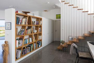 את כל פריטי הנגרות - כמו הספרייה שבקיר - תיכננה מעצבת הפנים (צילום: שי אפשטיין )