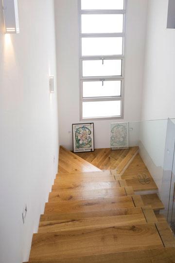 מבט אל מדרגות העץ מהקומה העליונה (צילום: שי אפשטיין )