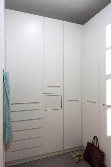 דרך דלת ה''קלפה'' בחדר הארונות מושלכים הבגדים לחדר הכביסה במרתף (צילום: שי אפשטיין )