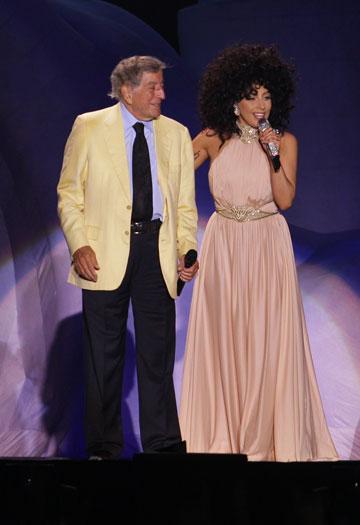 עשתה את זה קודם: ליידי גאגא לובשת שמלה של אלון ליבנה בדואט עם טוני בנט בישראל (צילום: שוקה כהן)