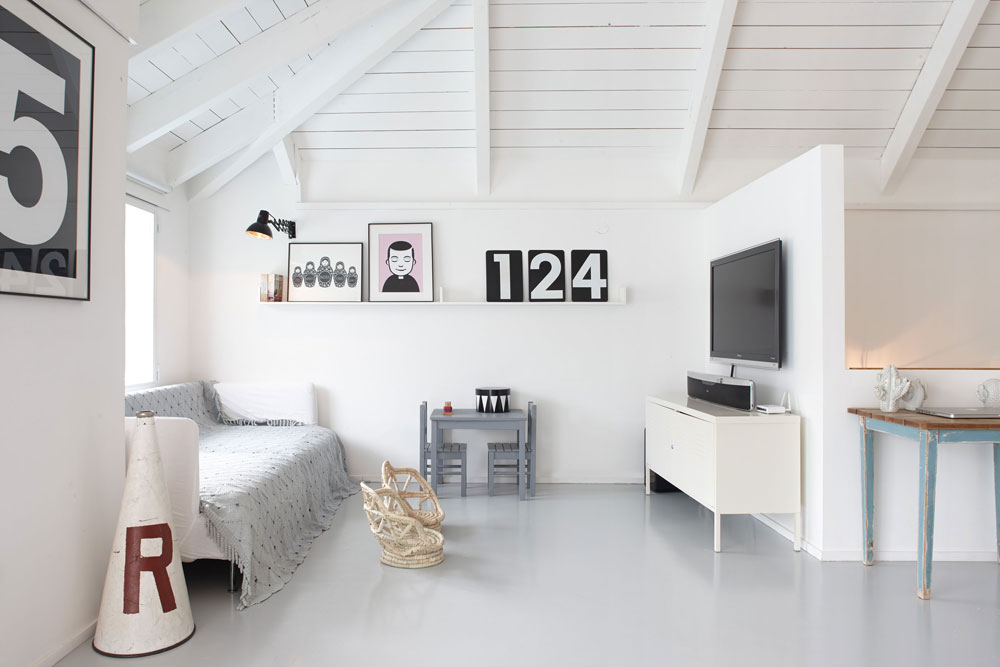 פינת הטלוויזיה הממוקמת מול הסלון בקומה העליונה, שכולה חלל פתוח ורחב ידיים באווירת לופט  (צילום: עדי גלעד)
