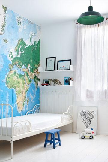 פינה בחדר הילדים. הטפט המרשים של מפת העולם נקנה בלונדון (צילום: עדי גלעד)