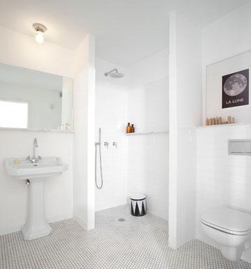 אריחים וסניטציה אופייניים לניו יורק של שנות ה–70 מספקים את האווירה המבוקשת בחדר האמבטיה (צילום: עדי גלעד)