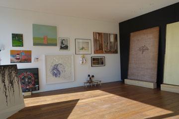 עבודות שמוצגות ב''סלון החורף''. בעיקר אמנים ישראלים צעירים (צילום: מיכאל יעקובסון)