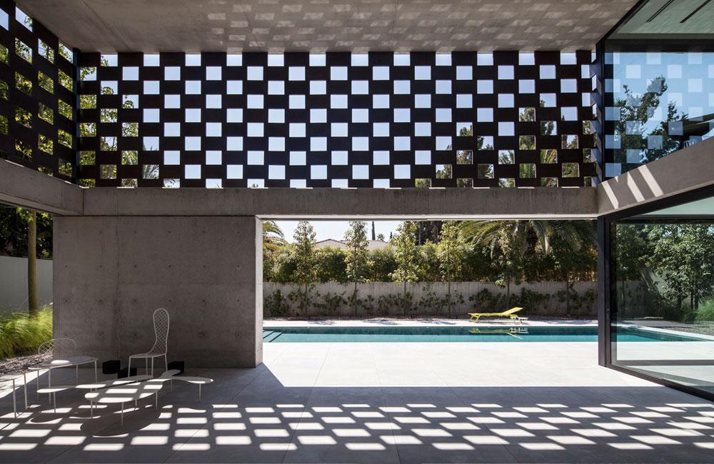אפקט המשרבייה מווסת את כמות האור ומאפשר פרטיות, תוך מתן אוורור מקסימלי, מבטים עם אופק וייחוד עיצובי (צילום: עמית גרון)