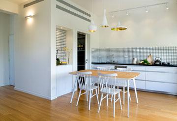המטבח והמזווה הצמוד. משמאל דלת הכניסה לדירה (צילום: גלית דויטש)