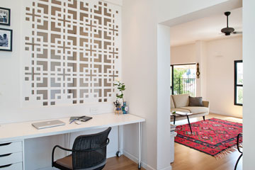 מבט מחדר העבודה לכיוון הסלון (צילום: גלית דויטש)
