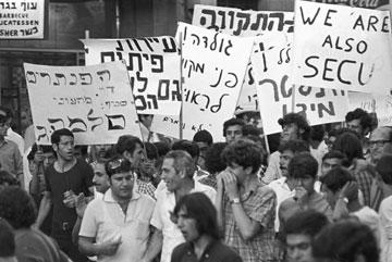 """הפגנה של הפנתרים השחורים בשנות ה-70. """"הרגשתי שבאתי הביתה"""" (צילום: דוד רובינגר)"""