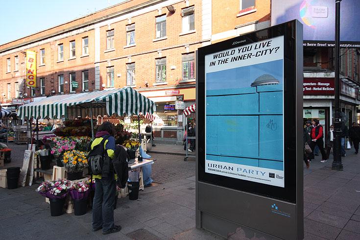 """תערוכת שלטי החוצות לקידום הפרויקט של רוימי, ברחובות דבלין. """"הצד החיובי במשבר הוא שמתחילים להתפנות למחשבה ולשאול שאלות על המקום"""" (צילום: מוטי רוימי, פול קרנס)"""