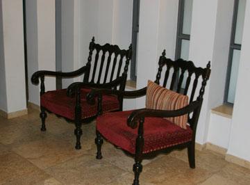 כשלפעמים נמאס. הכסאות לפני השיפוץ (צילום: הגר יואלי)