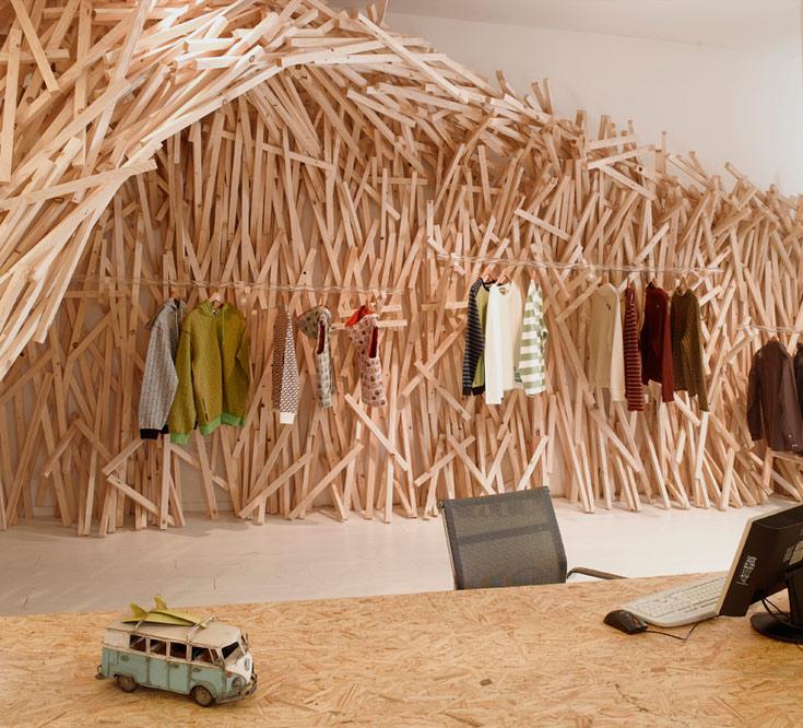 גל העצים עשוי מאות קרשים של עץ בניין, שנוסרו לגדלים שונים. המתלים עשויים מצינורות פרספקס שקופים (צילום: רמי סלומון וכינרת לוי)