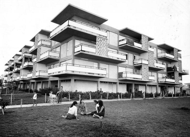 נשים צעירות על כר הדשא, אווירה מודרנית. הבניין בימיו היפים (באדיבות נחום זולוטוב)