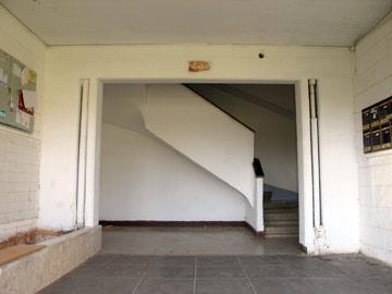 הכניסה לבניין כיום. לא שופץ מאז (צילום: מיכאל יעקובסון)