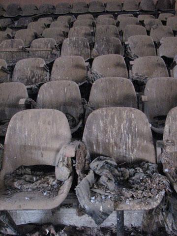 """פעם ראו פה סרט. כיסאות מתפוררים ב""""מרחבים"""" (צילום: מיכאל יעקבסון)"""