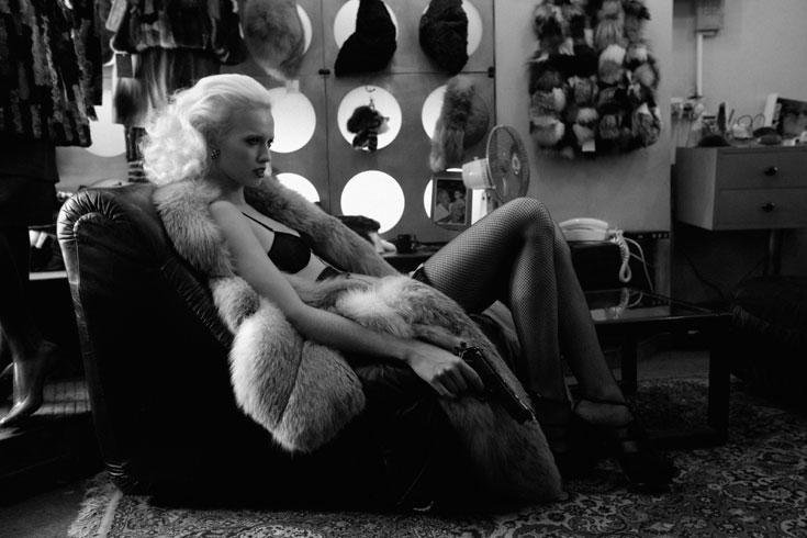 חזייה, D&G לאמור; גרביונים, וולפורד; מעיל וינטג', חיים קפרסקי לאלסקה (צילום: יניב אדרי)