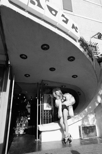 נעליים, איב סאן לורן בהלגה עיצובים; תחתונים, שרון ברונשר; חזייה, דיור באניגמה; מעיל וינטג', חיים קפרסקי לאלסקה (צילום: יניב אדרי)