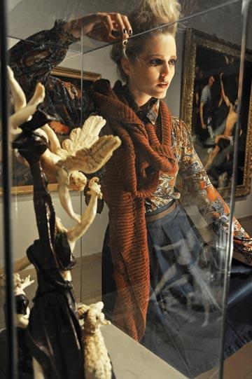 חולצה, מנגו; חצאית וצעיף, זארה (צילום: איתן טל)