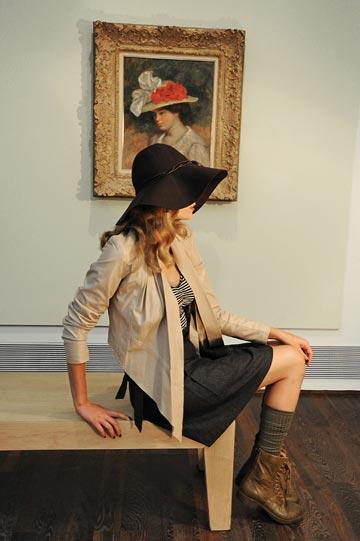 ז'קט, גולף; גופייה, TNT; חצאית, דה בראנץ'; כובע, H&M; גרביים, מנגו; נעליים, גזית (צילום: איתן טל)