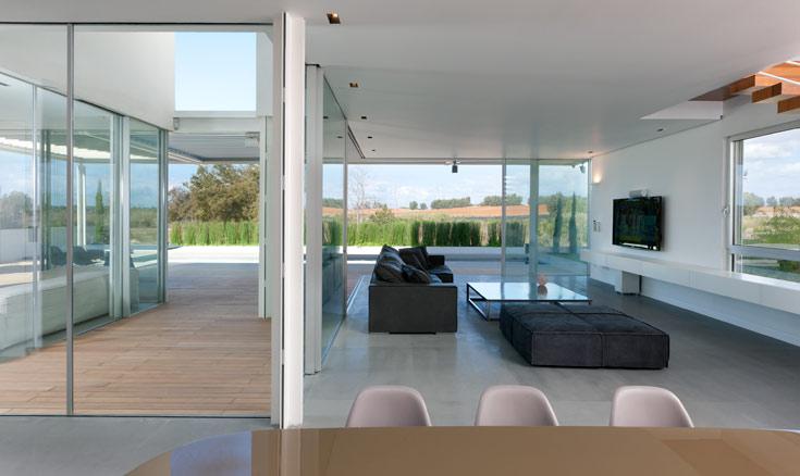 """""""התכנון מאפשר לדיירי הבית לחיות כשהכל פתוח ולשמור על פרטיות, ליהנות מהמון אור, בלי שמש ישירה. הבית הזה הוא בית ירוק כי הוא עומד נכון יחסית לשמש"""", אומר אדריכל מרק טופילסקי, שתכנן את הבית. """"אני יודע שהיום 'ירוק' היא 'באז וורד', אבל בעיני מדובר באלף בית של ארכיטקטורה. העמדה נכונה של בית מאפשרת להדליק פחות אור ולא לקרר באופן מוגזם"""" (צילום: עוזי פורת)"""