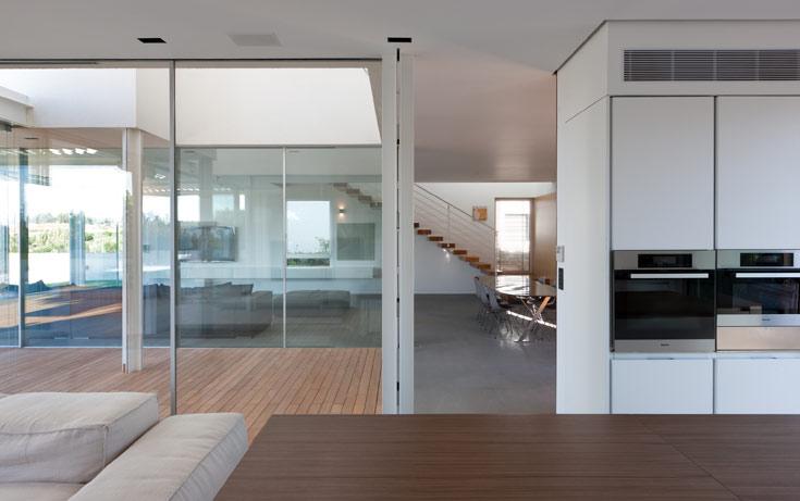 תכנון הבית מצטיין בירידה לפרטים. דלת הירידה למרתף ודלת שירותי האורחים נסתרות. מאחורי הקירות חבויות מערכות החימום, האודיו-וידאו, ומערכות החשמל החכם. כל פינות הבית נפגשות במישור מושלם, ללא ''קפיצות''  (צילום: עוזי פורת)