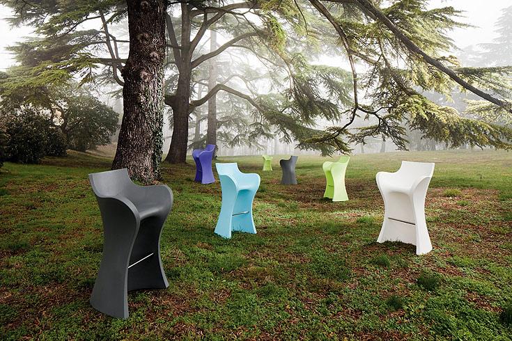 כסאות בר בעיצוב קארים ראשיד. יצוקים מפלסטיק במקשה אחת, לבית ולגינה (באדיבות  b-line)