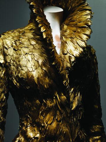 דגם מקולקציית סתיו-חורף 2010/11. שירת הברבור של המעצב (צילום: סולבה סנסבו/באדיבות מוזיאון המטרופוליטן)