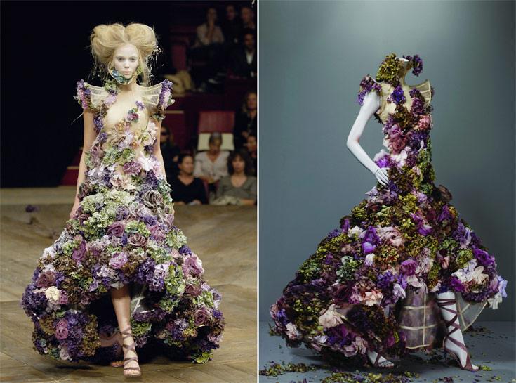 שמלת הפרחים המפורסמת שעיצב אלכסנדר מקווין. הדגם בתערוכה ועל הדוגמנית בתצוגת אביב-קיץ 2007 (צילום: סולבה סנסבו/gettyimages)