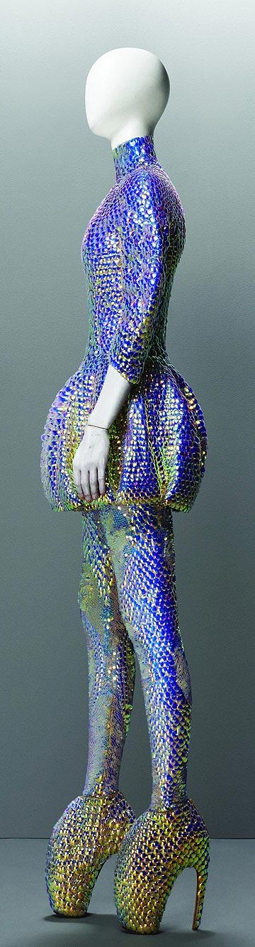 מהתערוכה. דגם מקולקציית אביב-קיץ 2010 (צילום: סולבה סנסבו/באדיבות מוזיאון המטרופוליטן)