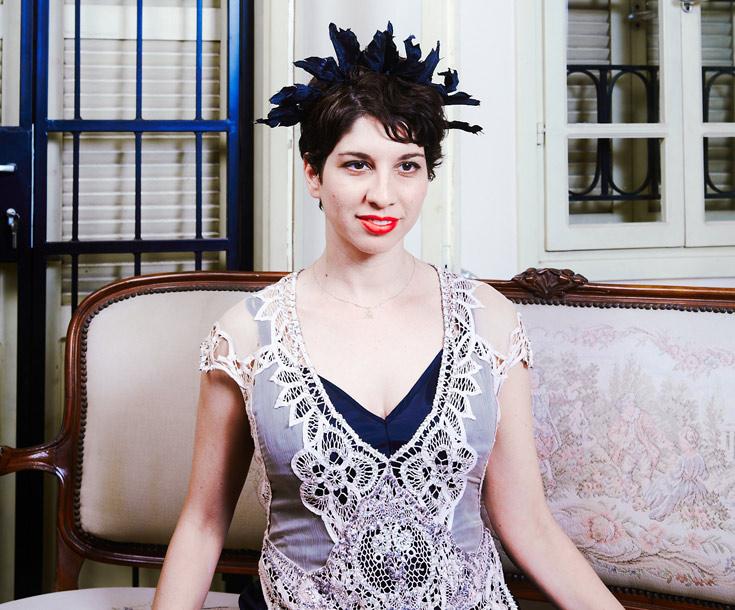 """מירית וינשטוק בביתה, לבושה בבגד שעיצבה ליאורה טרגן. """"ליאורה עושה אמנות"""" (צילום: ניקיטה פבלוב)"""
