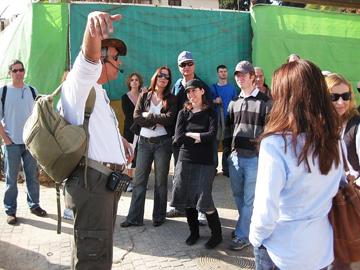 סיור מודרך בתל אביב. רוב הסיורים מאורגנים בידי תושבי השכונות (צילום: אילן שחורי)