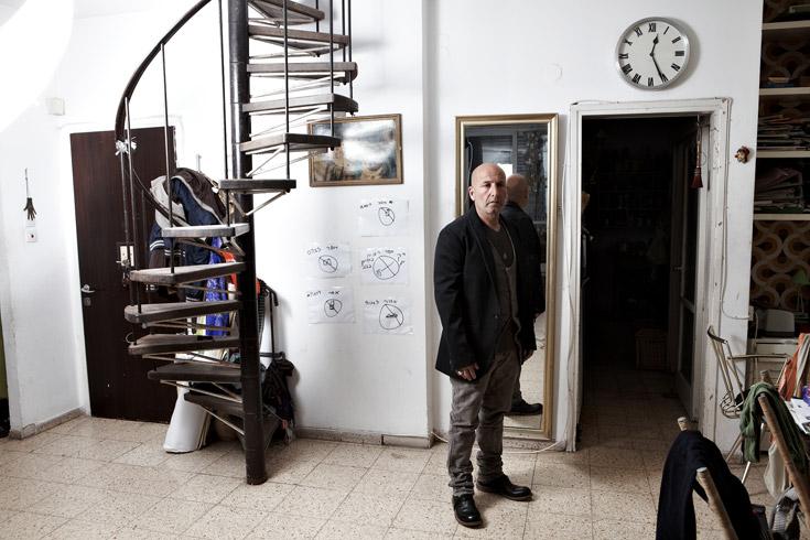 """דורון אשכנזי בביתו, לבוש בבגדים מבוטיק L'etranger. """"אצלי גם מחויט הוא קז'ואל"""" (צילום: ניקיטה פבלוב)"""
