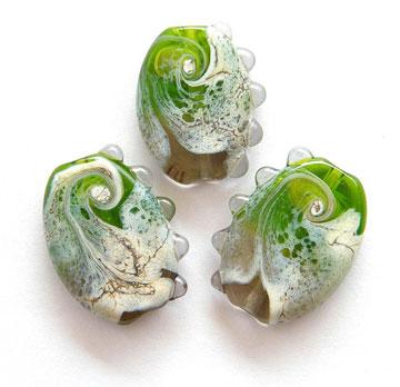 חרוזי זכוכית בסגנון אורגני (צילום: מעין שקד-ששון)