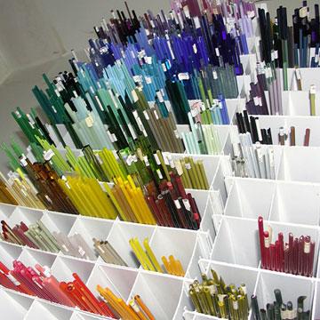 מוטות זכוכית. מגיעים בעובי עיפרון (צילום: שרה הורניק)