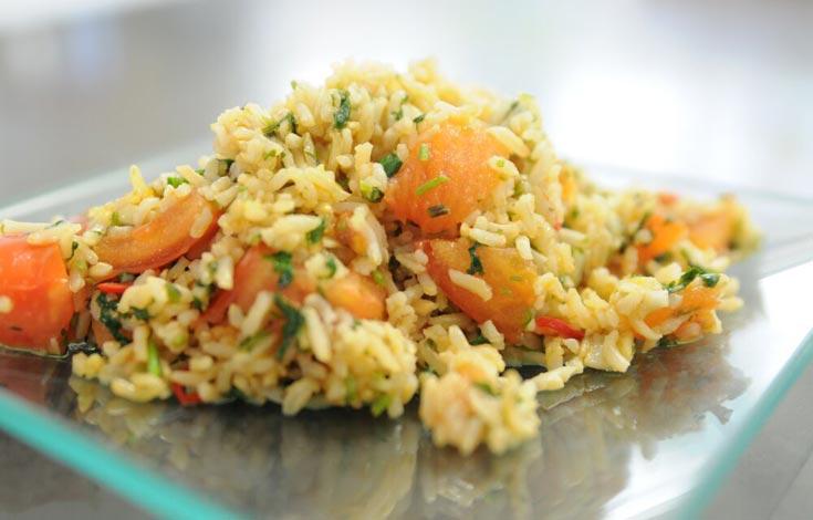 אורז מלא מוקפץ עם עגבניות, שום וכוסברה (צילום: דלית שחם)