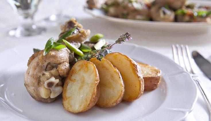 עוף בבצל ירוק ולצדו תפוחי אדמה פריכים (צילום: שירן כרמל, סגנון: שניר שרוני)