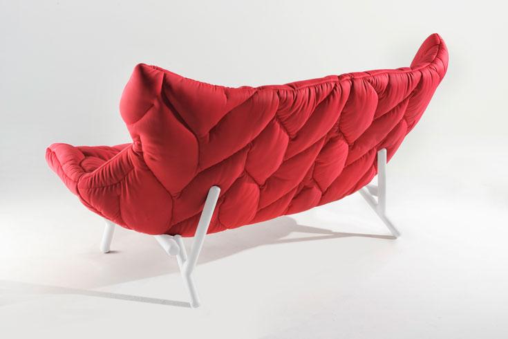 הספה של פטריסיה אורקיולה עבור קארטל. חלק ממגמת הקלילות, החומרים הדקים, והפשטות