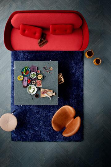 הספה של חיון במבט מלמעלה, חלק מקולקציה פשוטה שמתכתבת עם הקולקציה האיקונית של ארנה יקובסון