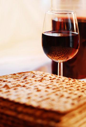 """לידיעת קהל לקוחותינו: המחירים אינם כוללים את היין, המצות, החרוסת  וחבריהם. והזול מבין השניים, כמובן. וטל""""ח (צילום: thinkstock)"""