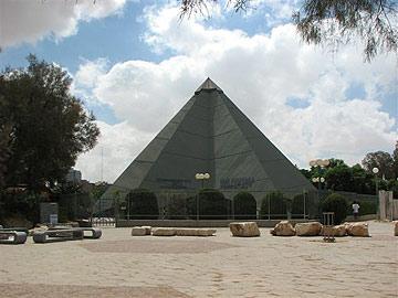 בית הכנסת לעולי בבל בבאר שבע. הסגנון הברוטליסטי עם בטון חשוף (צילום: מיכאל יעקובסון)