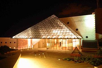 מוזיאון אשדוד לאמנות. מתכתבת עם פירמידת הזכוכית בלובר, אחת העבודות האחרונות של משה לופנפלד (צילום: אבי רוקח)