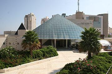 מוזיאון אשדוד. אתגר לא פשוט לעובדי הניקיון (צילום: אבי רוקח)