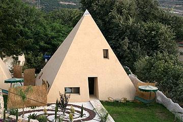 צימר הפירמידה באלקוש. הגושים הנוצצים באילת התפרקו ליחידות קטנות עם ביטוי אישי