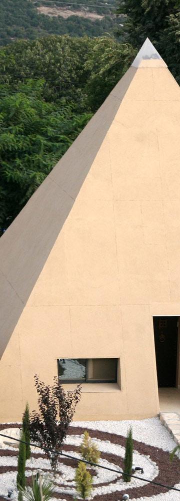 זהו צימר הפירמידה במושב אלקוש. התחרות מעוררת גימיקים