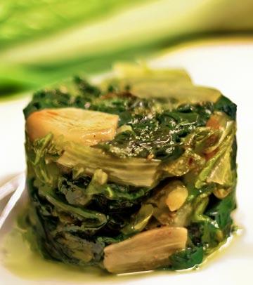 תבשיל חסה ושום בשמן זית (צילום: יוחי מנדיל)