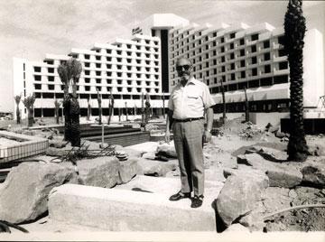 שלמה דויד לואיס, בעל מלון המלך שלמה באילת, על רקע מלונו