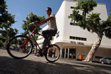 הבניין הסמוך: מלון סינמה, לשעבר קולנוע אסתר (צילום: נתן דביר)
