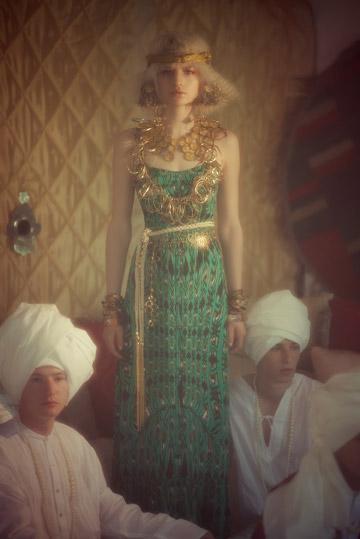 שמלה (ורנר), שרשראות, עגילים וחגורה (אבגד made by mazal hason), פיס לראש וצמידים צבעוניים (עיישה), צמידי זהב (אבגד), גלביות לגברים (גלבייה) (צילום: אסף עיני)