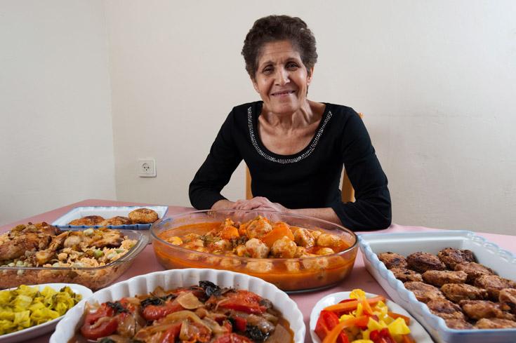 שרה קומא עם המאכלים המיוחדים לפסח (צילום: דודו אזולאי)